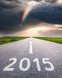 Conducción en un camino vacío adelante al 2015 Imagenes de archivo