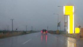 Conducción en un día lluvioso Fotos de archivo libres de regalías