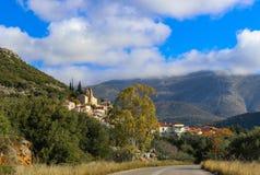 Conducción en un pueblo de montaña hermoso en la cordillera de Taygetos al sur de Kalamata Grecia en la península de Peloponeso Imágenes de archivo libres de regalías