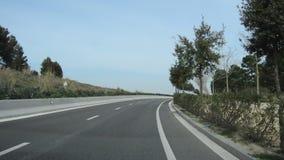 Conducción en una autopista verde almacen de metraje de vídeo