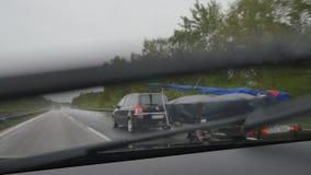 Conducción en una carretera alemana en lluvia metrajes
