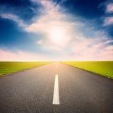 Conducción en una carretera de asfalto vacía en el día soleado Imágenes de archivo libres de regalías