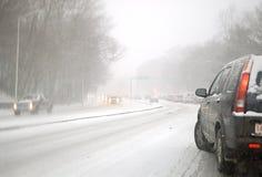 Conducción en una tormenta de la nieve Fotografía de archivo