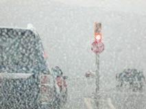 Conducción en una tormenta de la nieve Imagenes de archivo