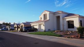 Conducción en una vecindad típica de Arizona metrajes