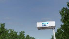 Conducción hacia la cartelera de publicidad con el logotipo del SE de SAP Representación editorial 3D imágenes de archivo libres de regalías