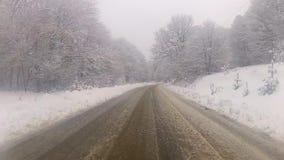 Conducción hacia la montaña en invierno metrajes