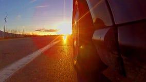 Conducción hacia rayos de la puesta del sol almacen de metraje de vídeo