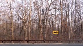Conducción hasta una bifurcación en el camino donde usted necesita tomar una decisión en cuanto a qué trayectoria a tomar e stock de ilustración