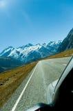 Conducción a las montañas fotos de archivo