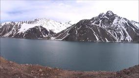 Conducción a lo largo de un depósito y de las montañas en Chile metrajes