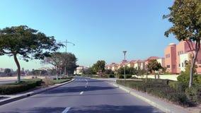 Conducción más allá del desarrollo inmobiliario de lujo de Al Badia en Dubai en manera al campo de golf almacen de video