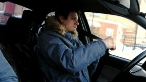 Conducción peligrosa El hombre conduce el cinturón del coche y de seguridad de los agregados en camino Vista lateral almacen de metraje de vídeo