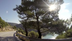 Conducción por la mañana en la isla Thassos Grecia metrajes