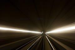 Conducción rápida en un túnel fotografía de archivo