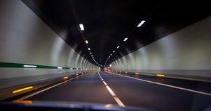 Conducción rápidamente en un túnel en la carretera fotografía de archivo libre de regalías