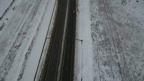 Conducción rápidamente en una carretera durante invierno almacen de metraje de vídeo