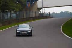 Conducción sportscar de Audi S5 en pista Imagen de archivo