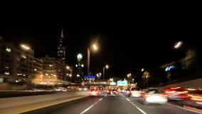 Conducción a toda velocidad a Chicago céntrica en el lapso de tiempo del coche de la cámara de la noche almacen de metraje de vídeo