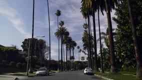 Conducción a través de Beverly Hills almacen de metraje de vídeo