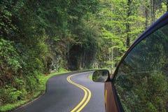 Conducción a través de las carreteras con curvas de las montañas ahumadas Imagen de archivo libre de regalías