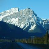 Conducción a través de las montañas rocosas Fotografía de archivo libre de regalías