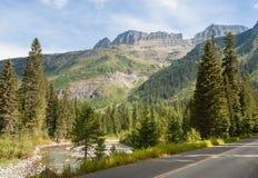 Conducción a través de Parque Nacional Glacier Fotografía de archivo