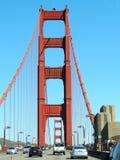 Conducción a través de puente Golden Gate Fotos de archivo libres de regalías