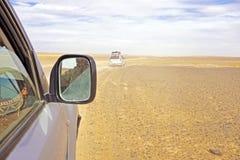Conducción a través de Sahara Desert Fotos de archivo