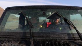 Conducción a través de terreno fangoso almacen de metraje de vídeo