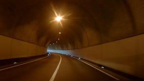 Conducción a través de un túnel en las montañas