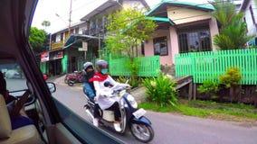 Conducción a través del barrio pobre de Borneo almacen de metraje de vídeo