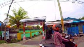 Conducción a través del barrio pobre de Borneo almacen de video