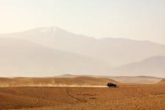 Conducción a través del desierto fotografía de archivo libre de regalías