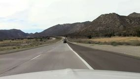 Conducción a través del desierto caliente seco almacen de metraje de vídeo