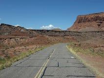 Conducción a través del desierto en el verano almacen de video