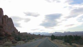 Conducción a través del parque nacional 01 de los arcos almacen de metraje de vídeo