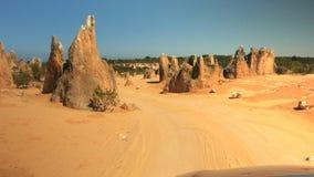 Conducción a través del parque nacional de Nambung en Australia occidental almacen de video