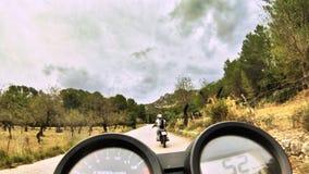 Conducci?n de la moto con los amigos en el camino foto de archivo