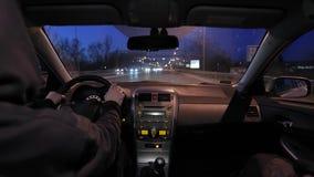 Conducci?n de un coche en la noche almacen de metraje de vídeo