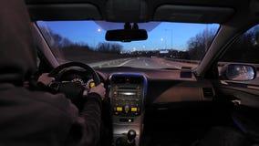 Conducci?n de un coche en la noche almacen de video