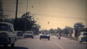 (conducción de automóviles de deportes del vintage de 8m m) a través de la capilla almacen de video