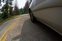 Conducción de automóviles a través de las montañas Imágenes de archivo libres de regalías