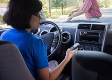 Conducción de la mujer y accidente de Texting Foto de archivo libre de regalías