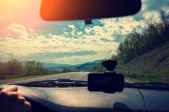 Conducción de un coche en el camino de la montaña Foto de archivo libre de regalías