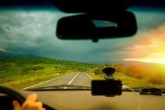 Conducción de un coche en el valle Valdorcia de Toscana Fotografía de archivo