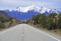Conducción en las montañas Foto de archivo libre de regalías