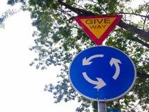 Conduce il segnale stradale, con il simbolo blu e bianco della rotonda immagine stock libera da diritti