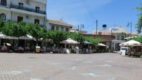 Conducendo con me piccolo autotreno attraverso il paesino di montagna Mochos Creta - Grecia ristoranti tutt'intorno il posto video d archivio
