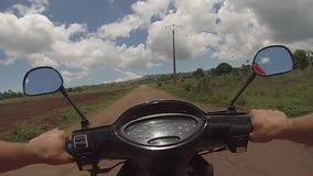 Conducendo la motocicletta del motorino fuori dal percorso della strada stock footage